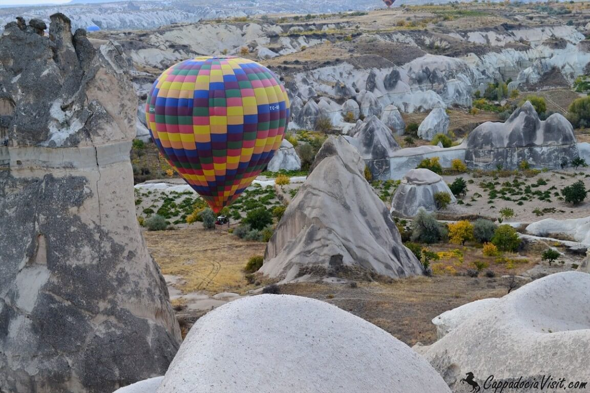 Воздушный шар между скальных конусов