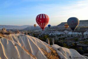 Воздушные шары на фоне белого туфа