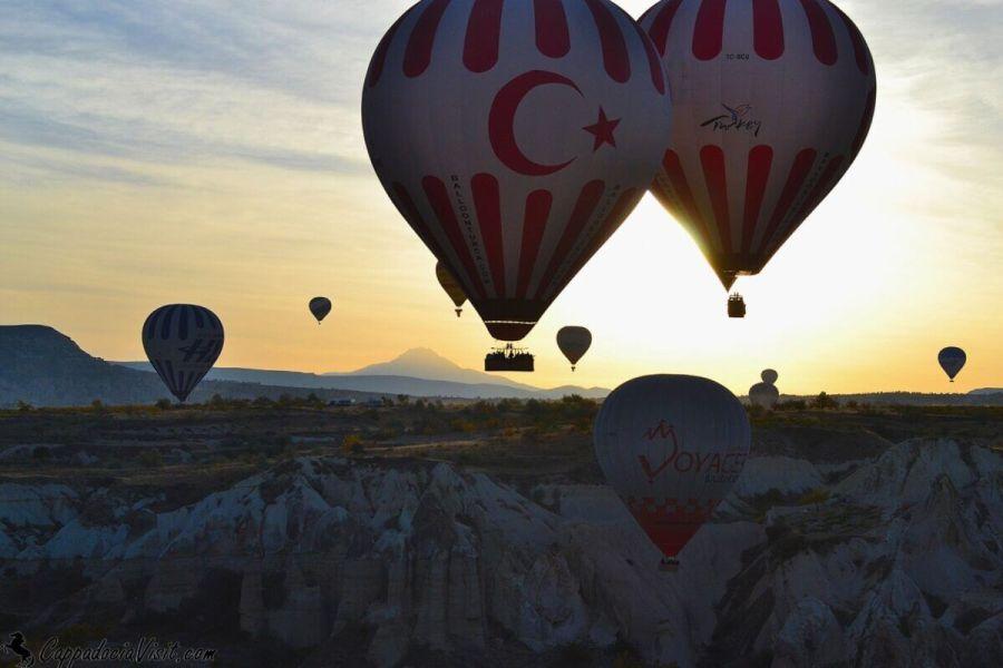 Восход, гора Эрджиес и воздушные шары
