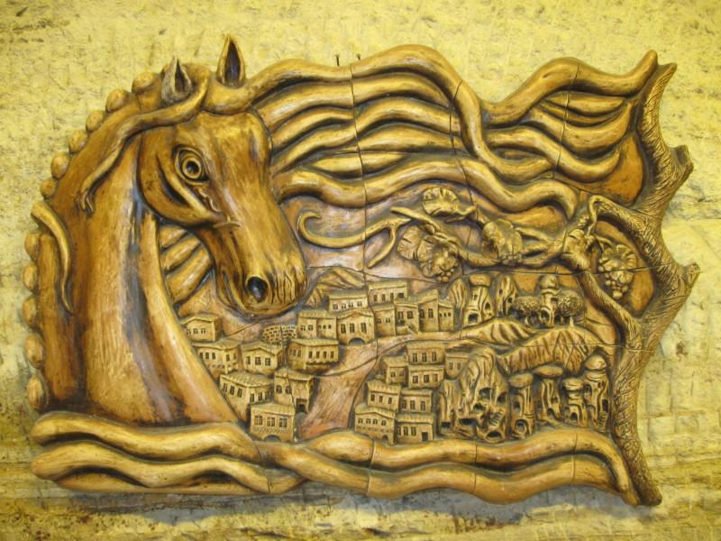 Красивый керамический рельеф Каппадокийского коня