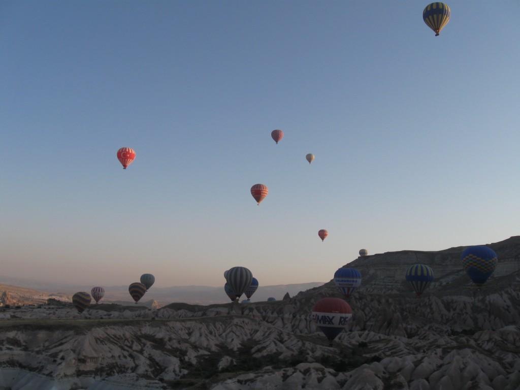 Первые лучи солнца и шары над Каппадокией