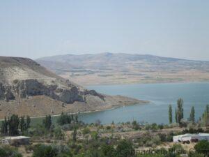 Вид на водохранилище с горячего источника Байрамхаджи
