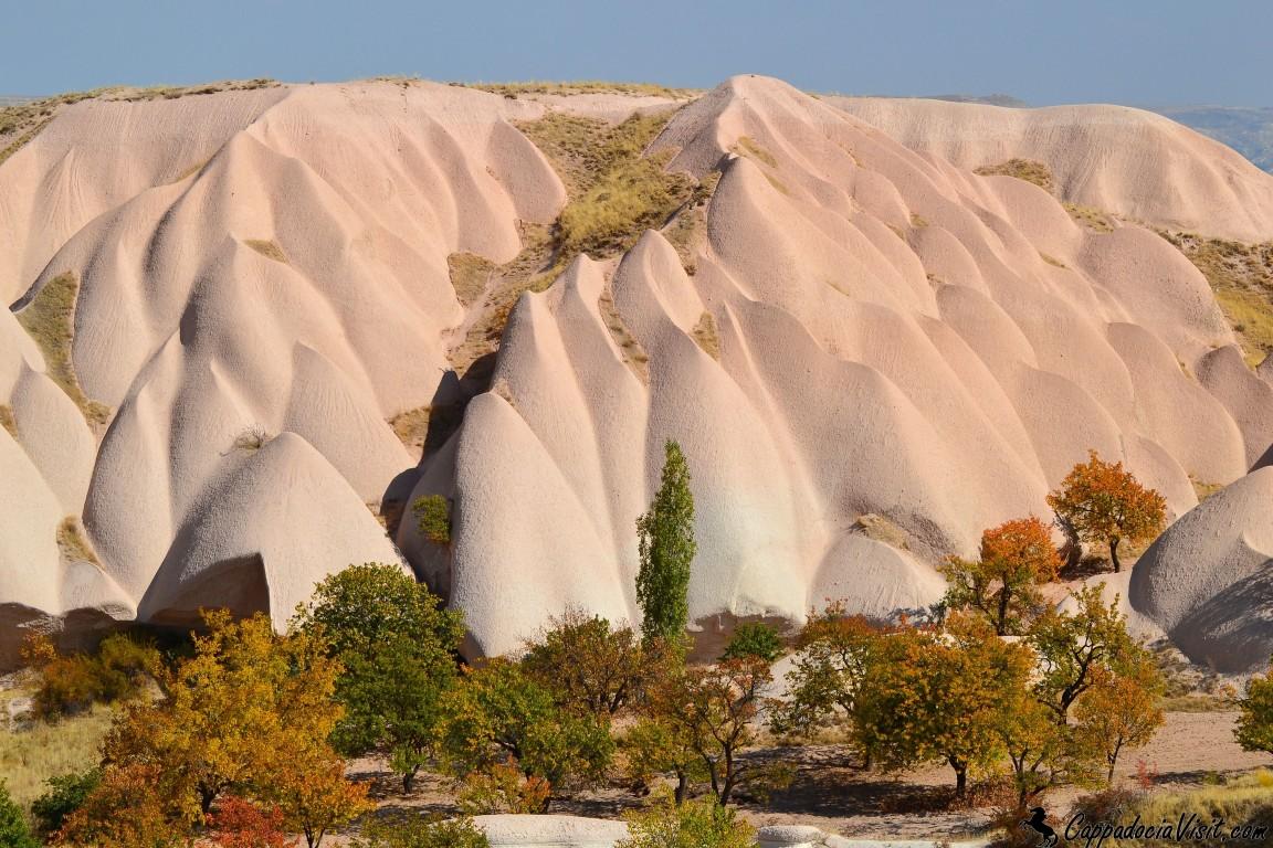 Белый вулканический туф Каппадокии осенью выглядит розовым