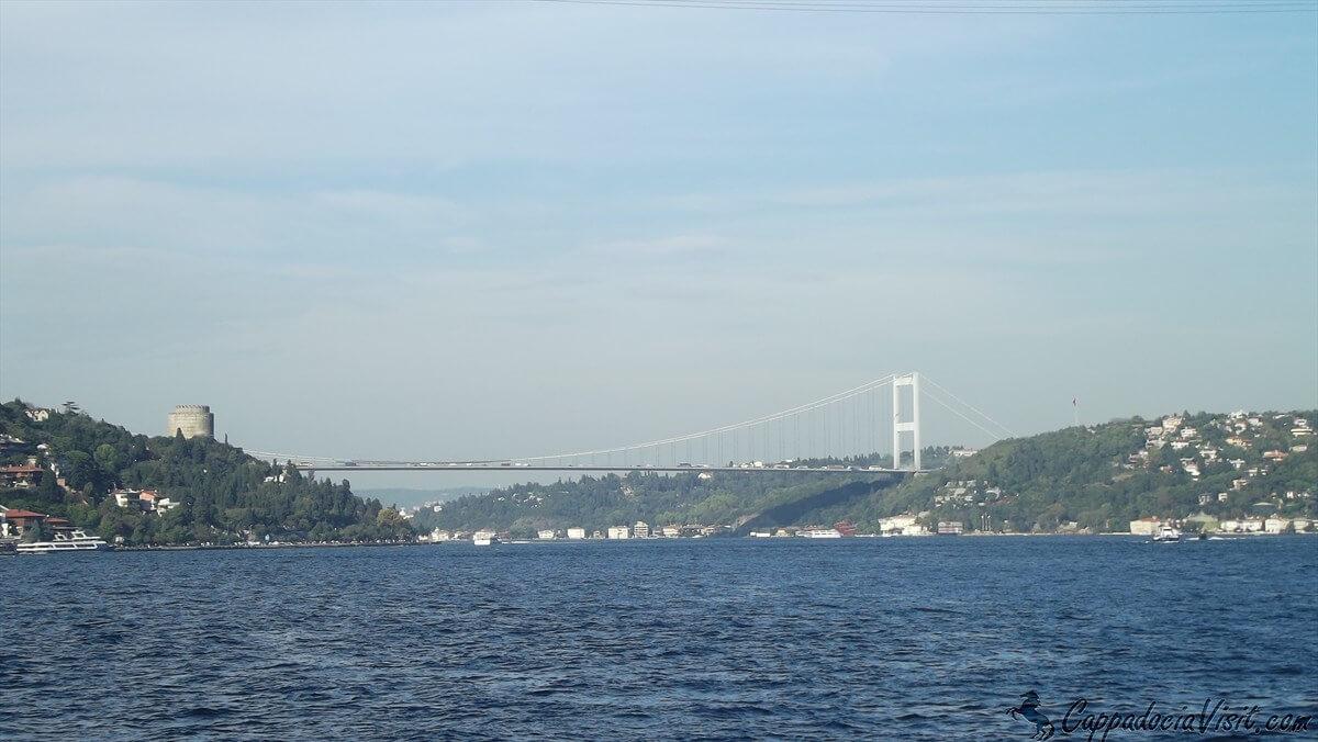 Мост султана Мехмеда Фатиха и башня крепости Румели Хисары