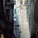Проглядывающая между домами Башня Галата