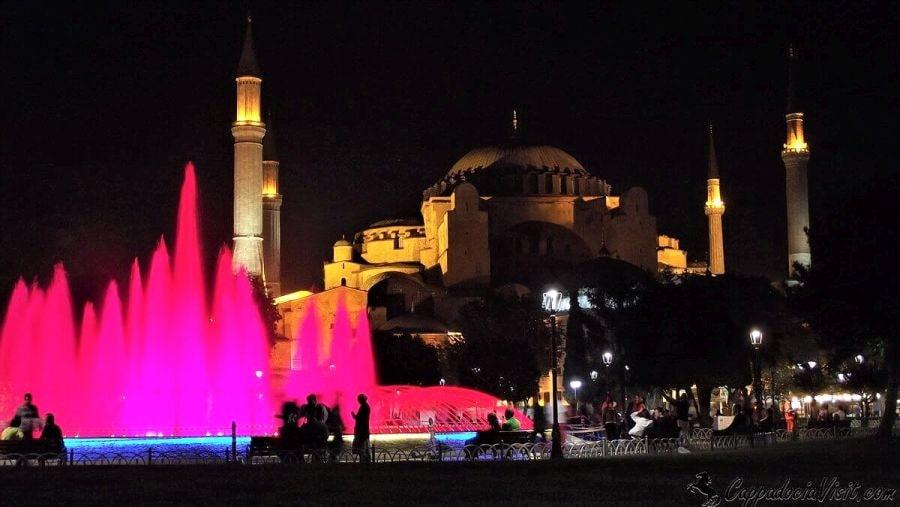 Собор Святой Софии на фоне подсвеченного фонтана