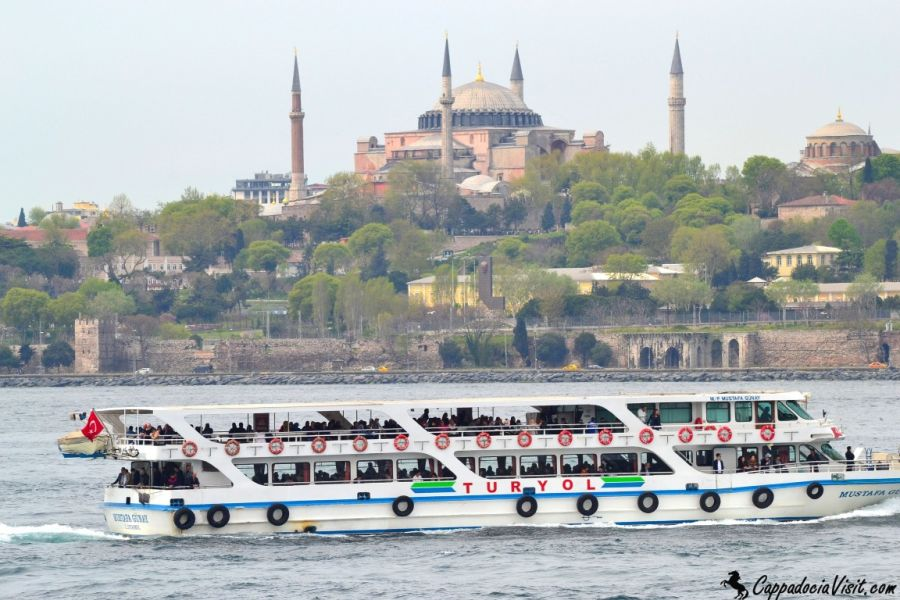 Прогулка по Босфору в Стамбуле - туристический кораблик