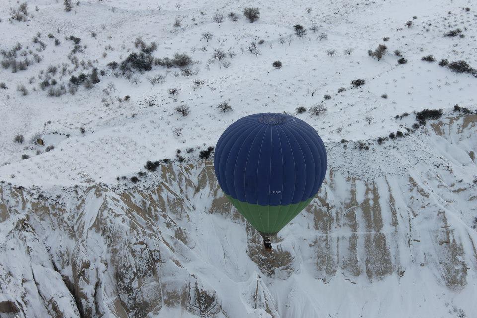 Заснеженная Каппадокия - вид с воздушного шара