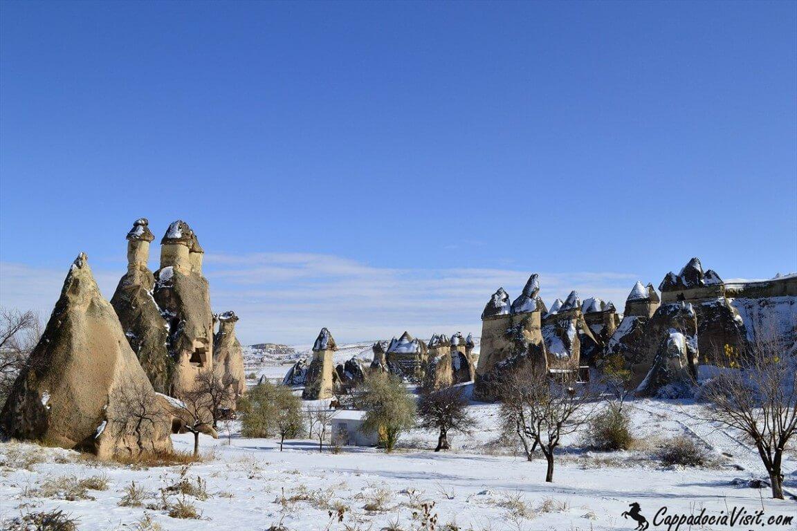 Природные памятники Каппадокии покрыты снегом