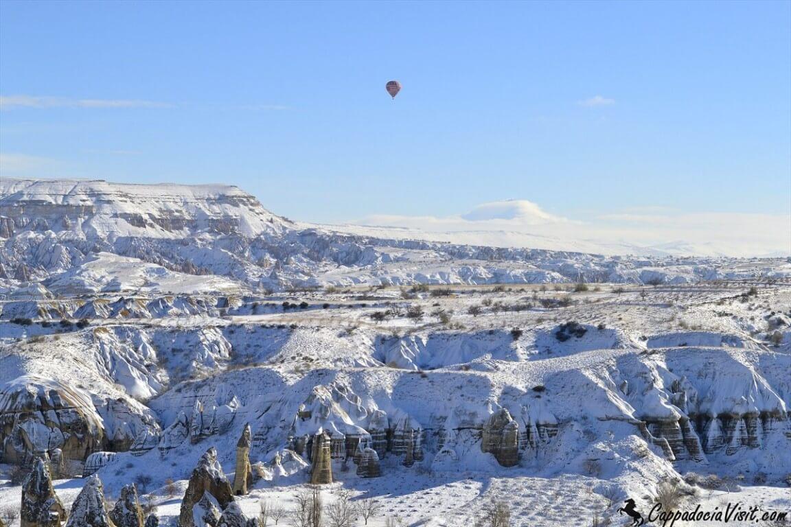 Одинокий шар в зимнем небе Каппадокии