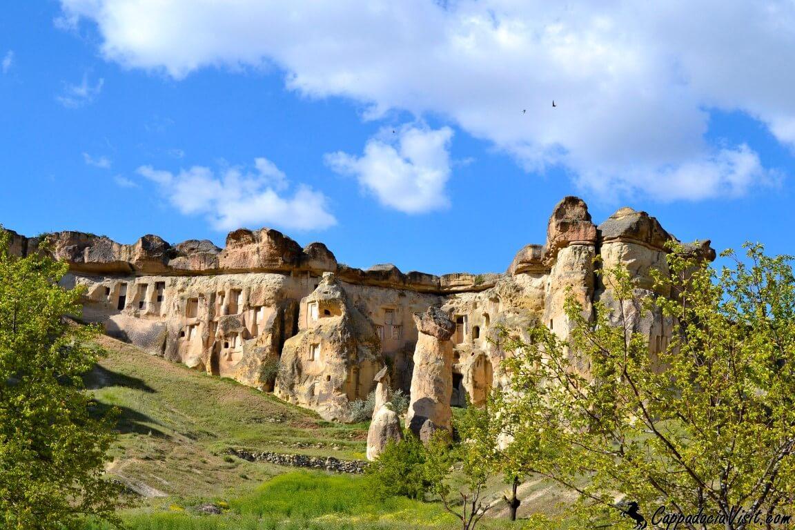 Голубятни в скале недалеко от деревни Чавушин