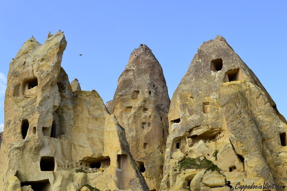 Со временем скалы ломаются и некоторые голубятни разрушаются
