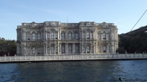 Дворец Бейлербейи расположен на азиатском берегу Босфора