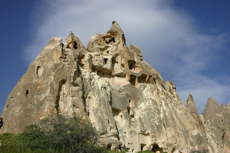 Огромное скальное сооружение