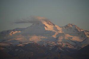 Вулкан Эрджиес - вид из аэропорта Кайсери