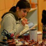 Художник по керамике за работой