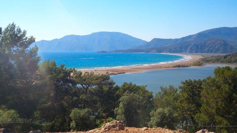 Пляж Изтузу или Черепаший пляж в месте впадения реки Дальян