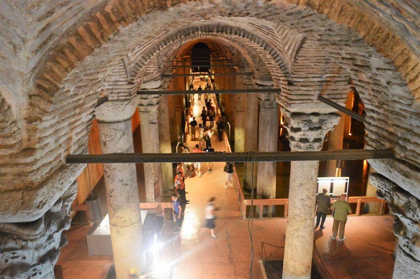 Вход в Цистерну Базилику и общий вид