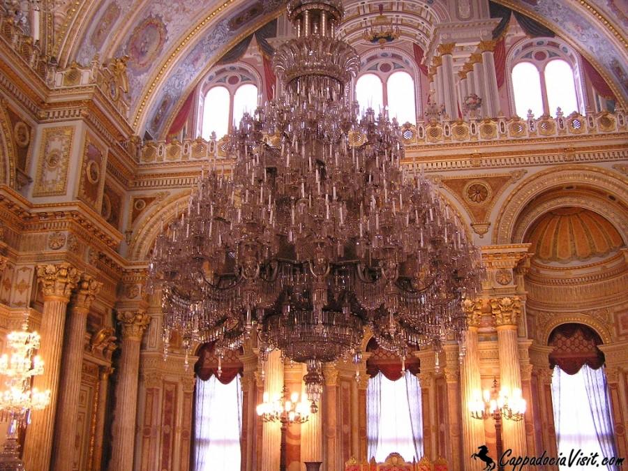 Люстра из богемского стекла в дворце Долмабахче