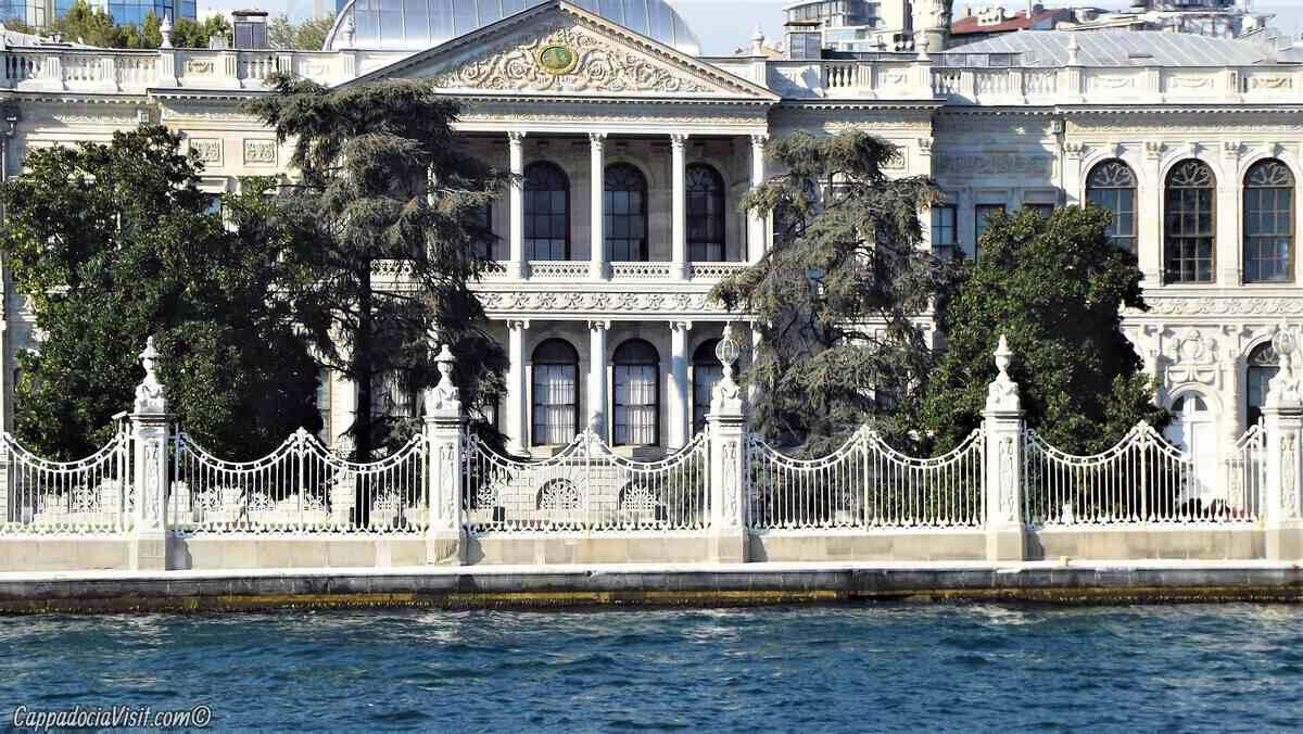 Дворец Долмабахче в Стамбуле — символ расцвета и одновременно упадка Османской империи