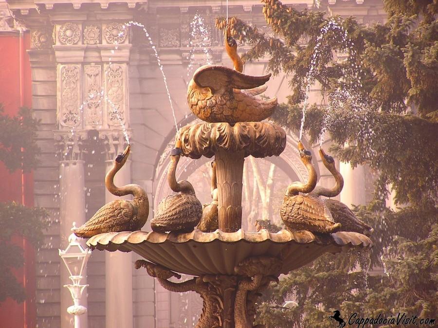 Лебединый фонтан дворца Долмабахче является основным украшением парка
