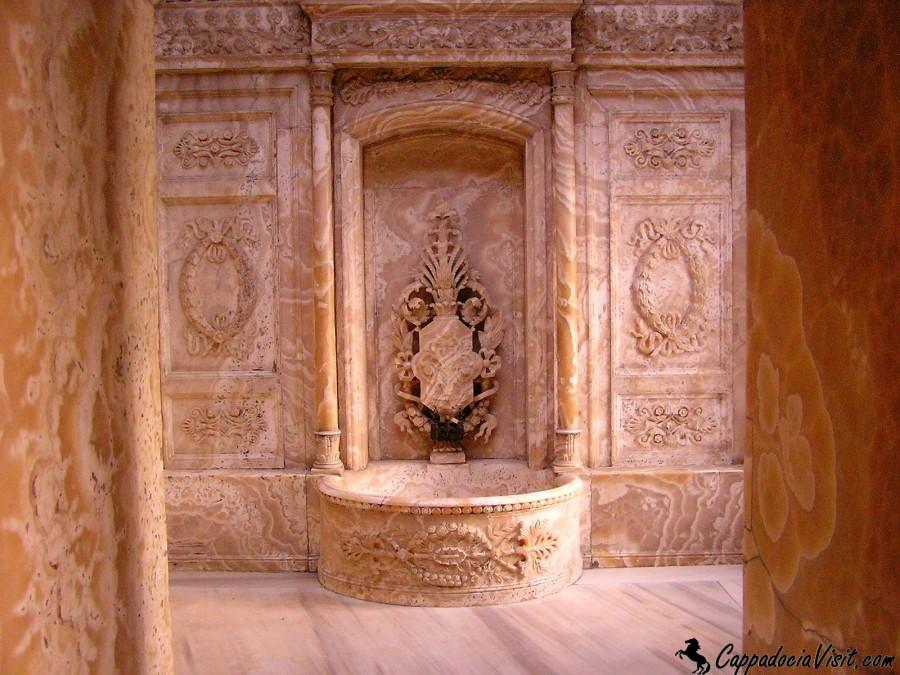 Один из 6 хаммамов дворца Долмабахче, выполненный из оникса