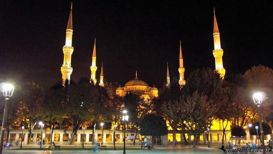 Вид с площади Ипподром на Голубую мечеть