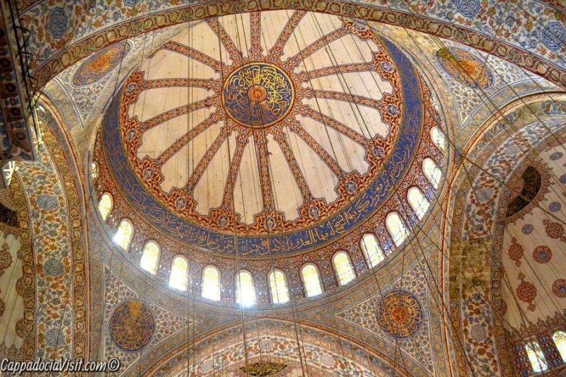 Диаметр центрального купола Голубой мечети - 23,5 метра