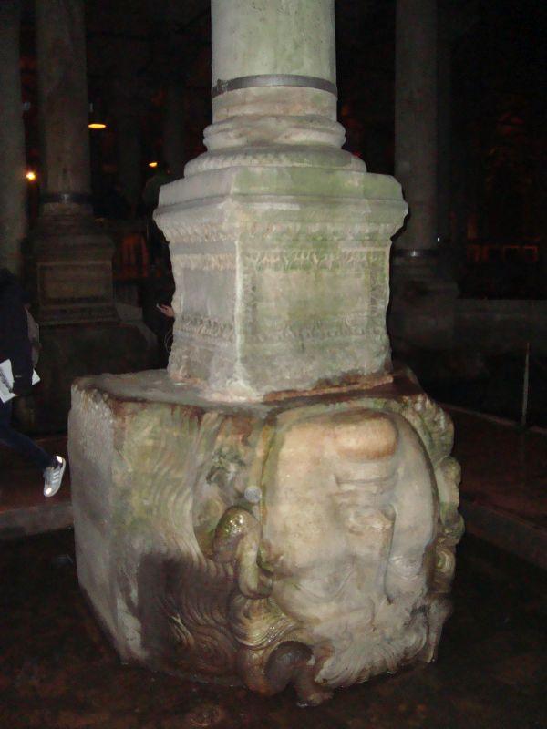Повернутая голова Медузы горгоны