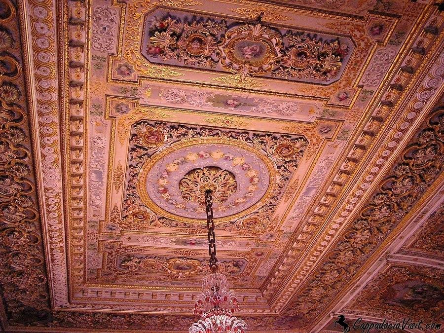 Орнамент потолка в одной из комнат Долмабахче