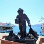 Памятник неизвестному ныряльщику за морскими губками