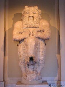 При входе в комплекс археологического музея Стамбула посетителей встречает огромная статуя бога Беса