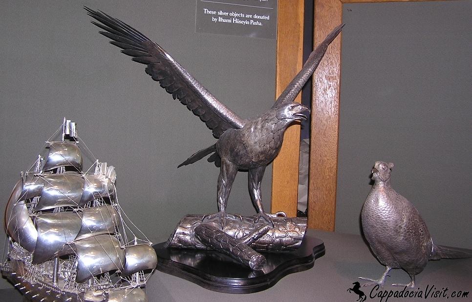 Во дворцовой кухне выставлены изделия из серебра, керамики и стекла