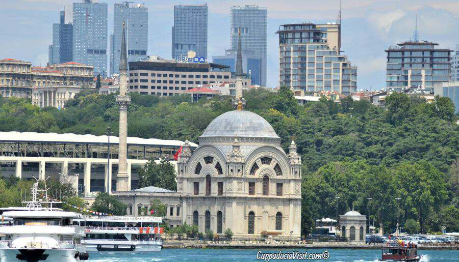 Мечеть Долмабахче на фоне современных зданий