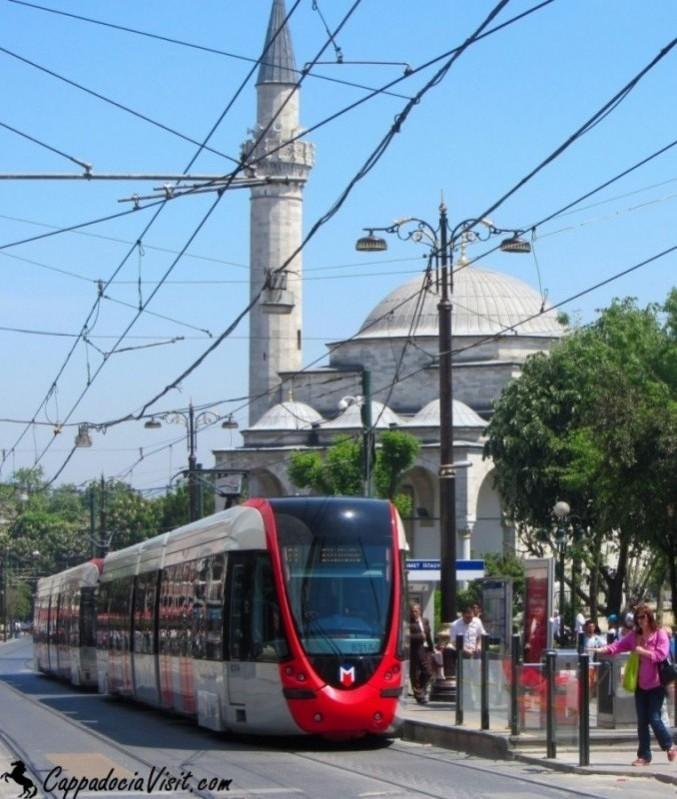 """Остановка """"Султанахмет"""" трамвая находится недалеко от маленкой мечети Фируз-Ага"""