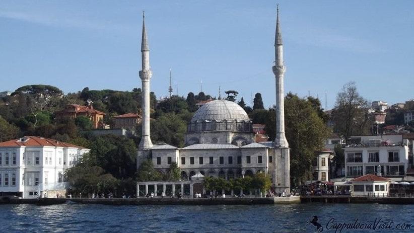 Мечеть Бейлербейи на азиатском берегу Босфора