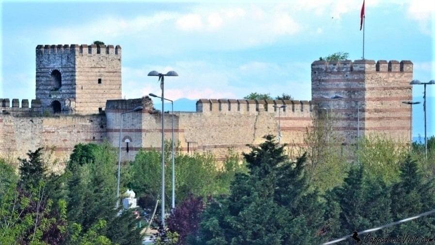 Феодосиевы стены (408 - 413 гг.) воздвигнуты когда город вырос за пределы стен, построенными Константином Великим
