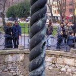 Змеиная колонна - Одна из змеиных голов находится в археологическом музее Стамбула