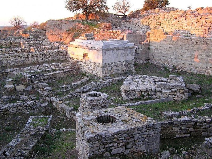В юго-западной части Трои находится святилище с колодцами