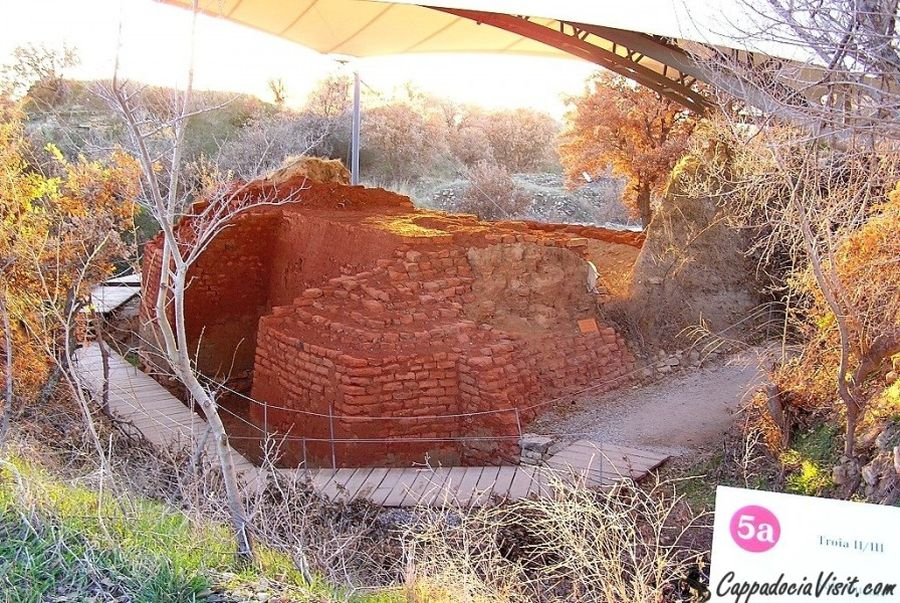 Остатки мегарона (простой тип храма) Трои II - 2-е тысячелетие до н. э.