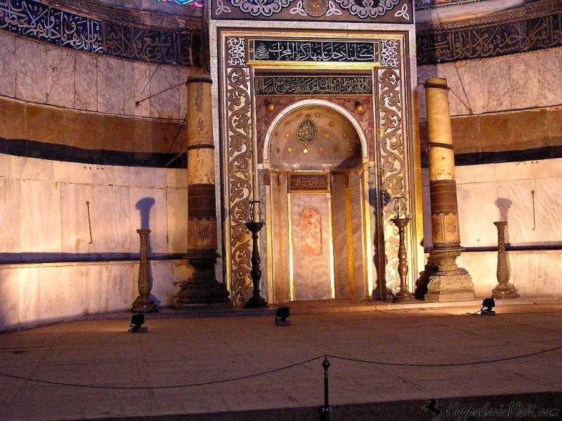 Михраб расположенный в апсиде указывает направление на Мекку