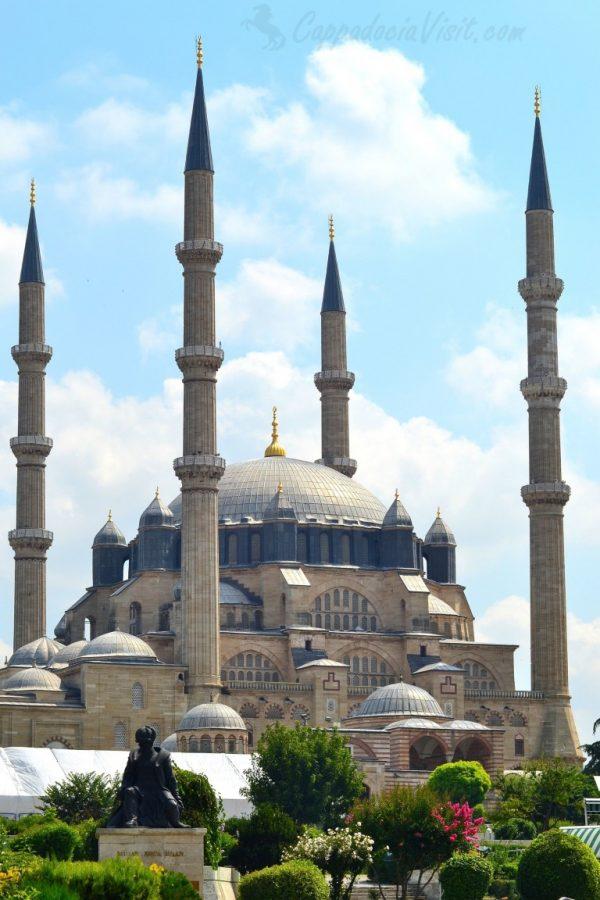 Мечеть Селимие и памятник зодчему Синану