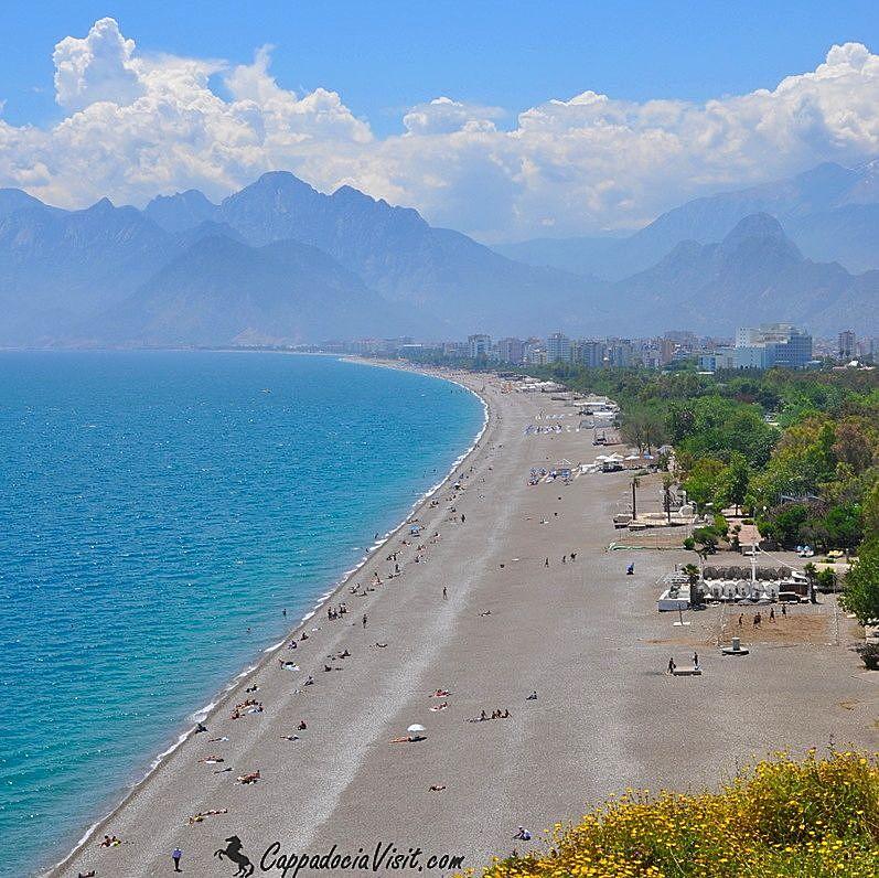 Известный семи километровый пляж «Коньяалты» в Анталии