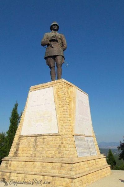 Памятник Ататюрку на Чунук Баир - самая высокая точка полуострова