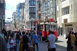 Пешеходная улица Истикляль и исторический трамвай