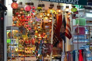 Шопинг в Стамбуле - разноцветные витрины магазинчиков