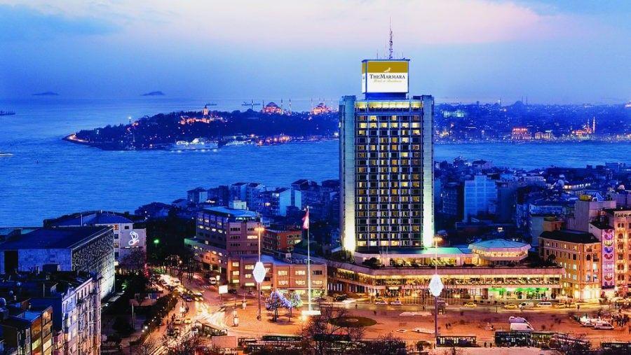 Площадь Таксим и отель The Marmara. На заднем плане район Султанахмет (Фатих) — Исторический полуостров