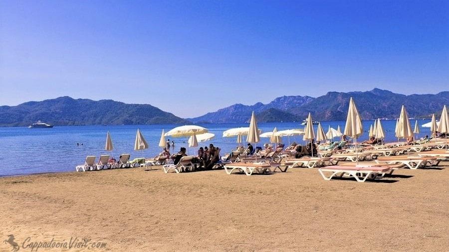 Один из многих пляжей Мармариса - Эгейское побережье Турции