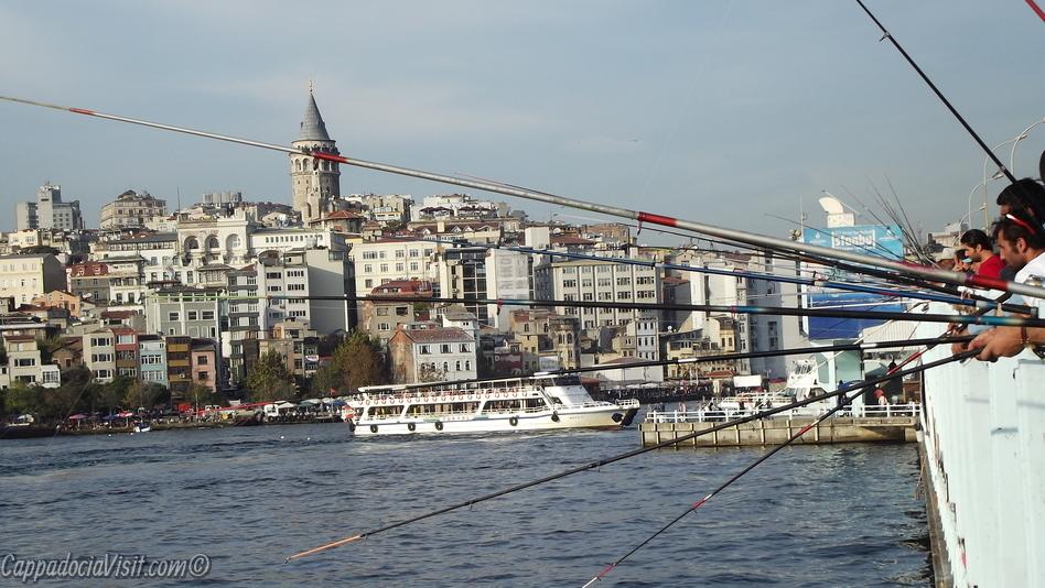 На Галатском мосту торчат удочки бессменных рыбаков