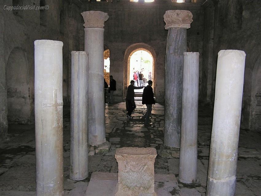 Алтарь и колонны вокруг алтаря